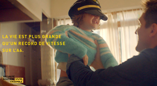 Photo d'un père tenant son enfant avec une casquette de pilote
